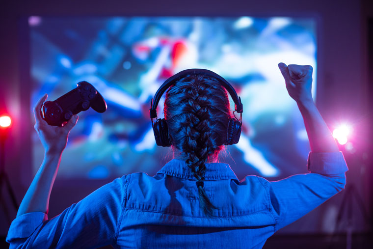 Kız-oyun-ile-Kulaklık